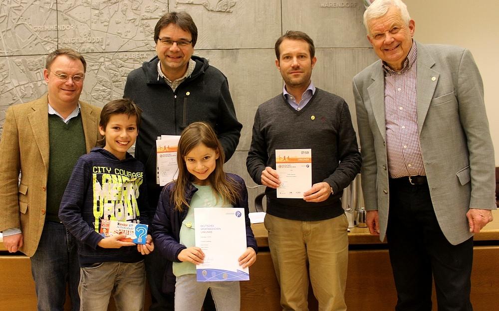 Andreas Nicklas ehrt Klaus Rosenau und dessen Kinder Carl und Helen, Philipp Hagemann sowie Jochen Temme (von links). Hier fehlt Karin Reismann.